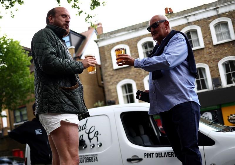 布朗指出,顧客6週內第一次看到一杯冰鎮啤酒時臉上純粹的喜悅非常難能可貴。(法新社)☆飲酒過量  有害健康  禁止酒駕☆