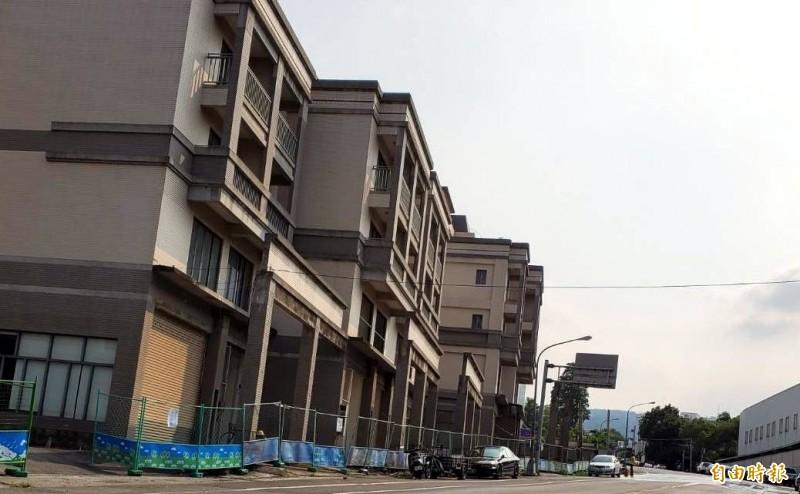 南投市台鳳公司舊址建案,最近架上圍籬復工,引發各界關注。(記者謝介裕攝)