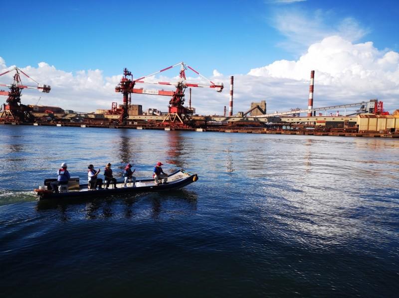 海保署救援團隊計畫對小虎鯨使用鎮定器具後撈捕。(記者洪定宏翻攝)