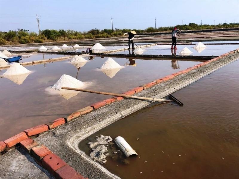安順鹽田傳統瓦盤鹽田至今仍循古法生產日晒鹽。(圖由台管處提供)