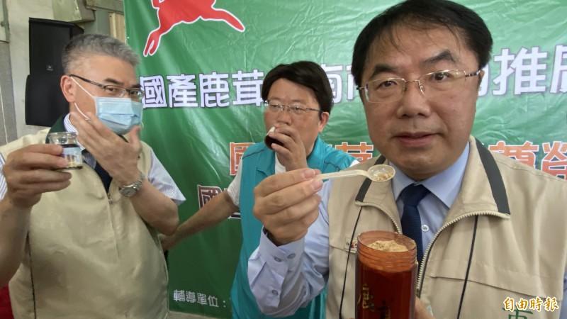 台南市長黃偉哲吃鹿茸粉,稱讚更厲害。(記者楊金城攝)