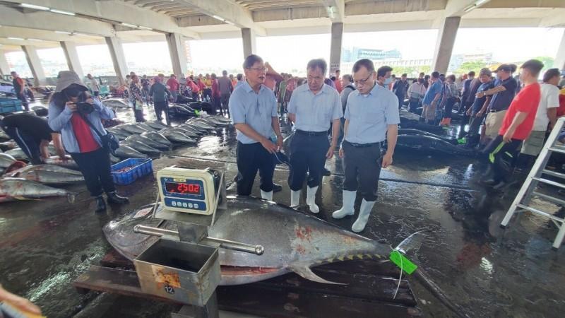 漁業署長張致盛今天到東港魚市視察。(記者陳彥廷翻攝)