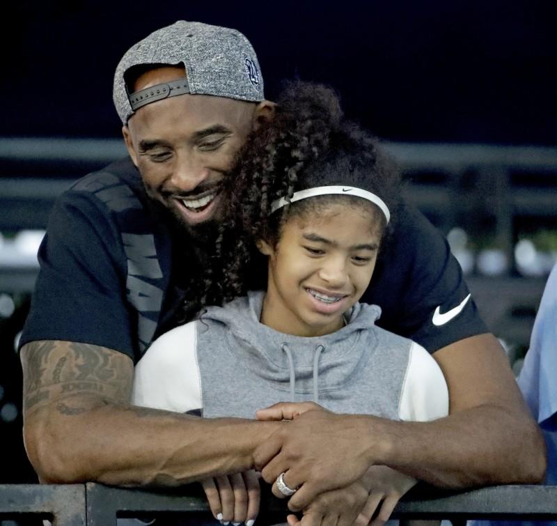 NBA傳奇球星布萊恩(Kobe Bryant)與13歲愛女吉安娜(Gianna)等9人,因直升機事故全數殞命,驗屍報告顯示9人死因皆為墜機所造成的鈍傷。(美聯社)