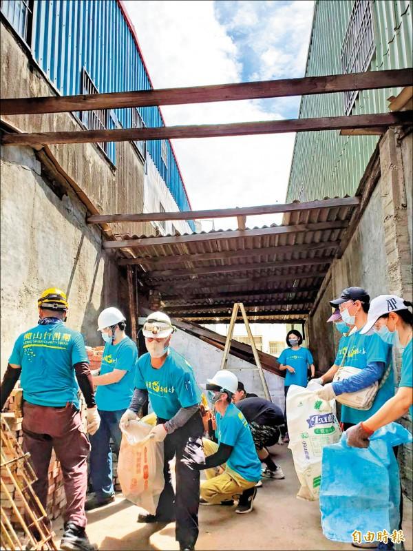 陳劉阿嬤住家屋頂破掉,導致漏水、壁癌嚴重,三十名志工協助整修,讓她有一個遮風蔽雨的家。(記者陳文嬋攝)