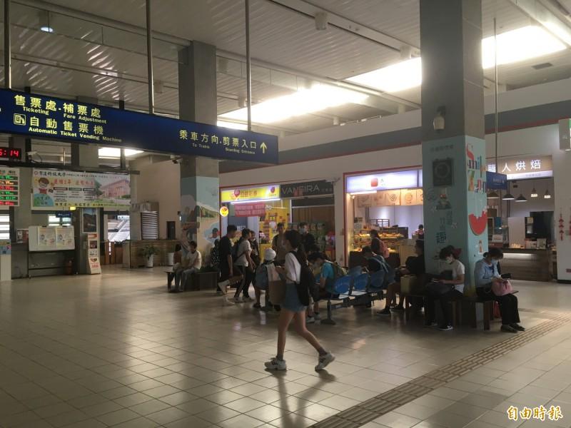 今下午約3點,一名少年在竹南火車站二樓大廳,突然倒地昏迷,經送醫搶救已暫無大礙。(記者鄭名翔攝)