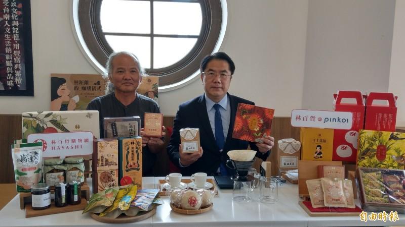 台南市長黃偉哲(右)與東山咖啡產業發展協進會理事長郭雅聰(左),一起拍攝影片介紹台南好物。(記者劉婉君攝)