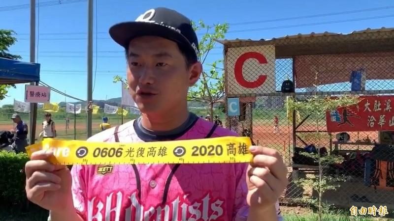 立委陳柏惟帶了200條罷韓黃布條到棒球競賽會場發放。(記者張聰秋攝)