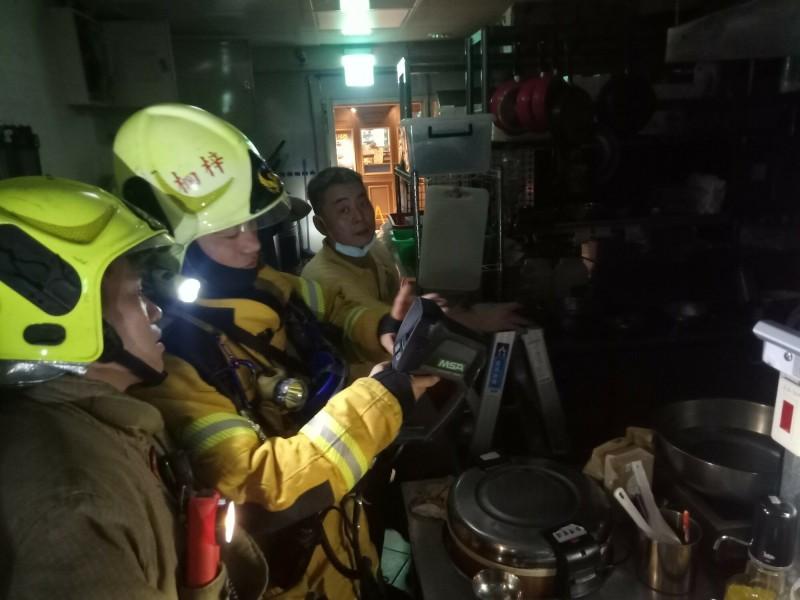 消防隊查出是1樓韓式料理變壓器短路造成冒煙,沒有燃燒狀況。(記者陳文嬋翻攝)
