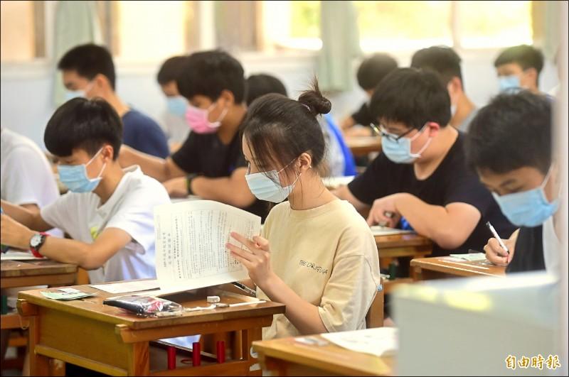 國中會考登場,全體考生量體溫、戴口罩應試。 (記者廖耀東攝)