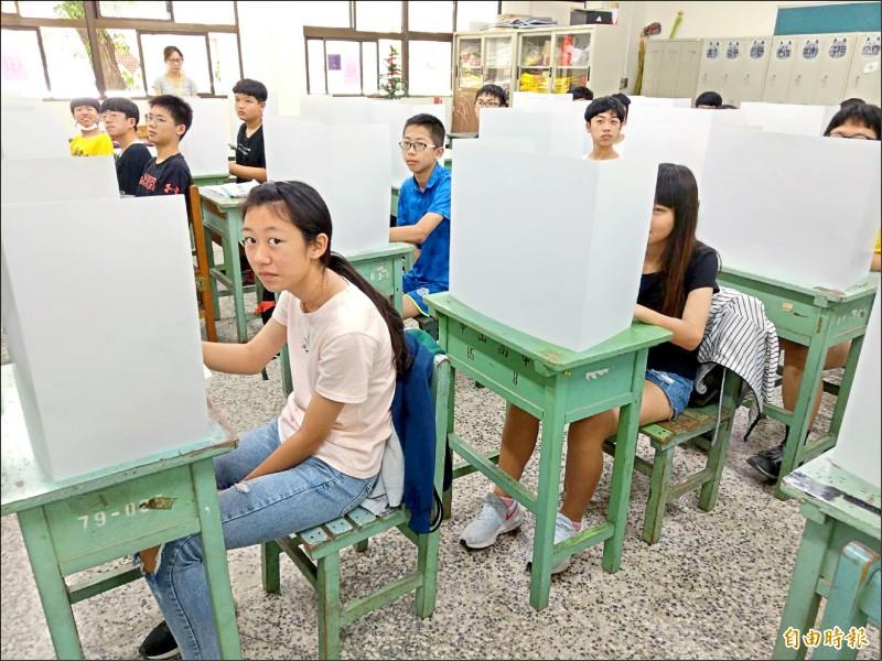 今年國中會考,考生頭一遭須在設有隔板的試場座位上用餐。(記者方志賢攝)