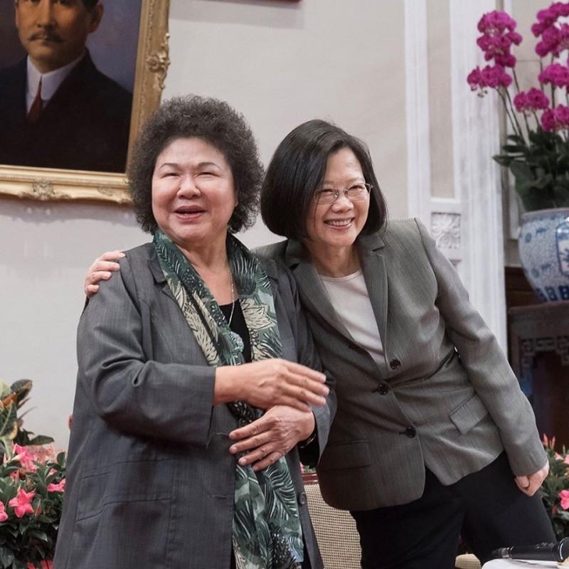 總統府秘書長陳菊(左)今晚透過臉書宣布520後不再續任,蔡英文總統(右)隨後也透過臉書發文表達感謝。(圖取自蔡英文「蔡英文 Tsai Ing-wen」臉書)