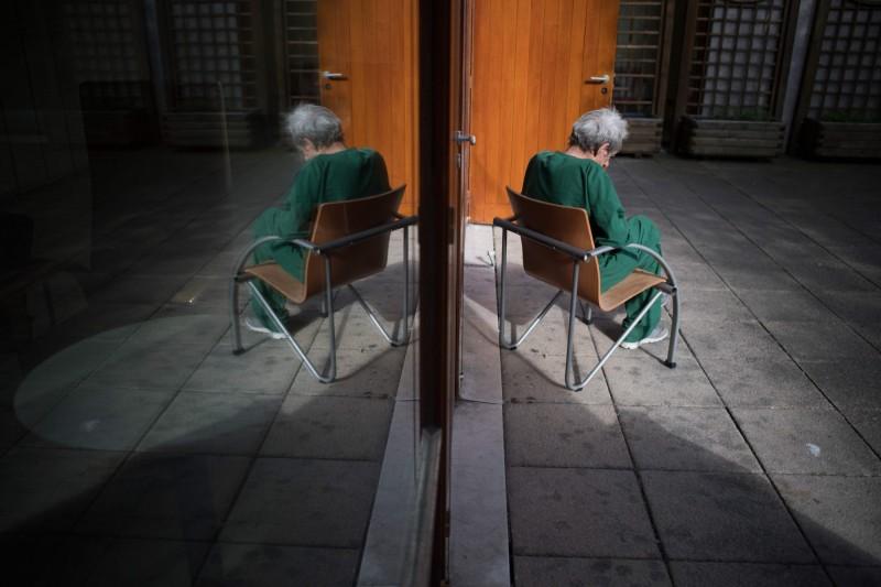英國有精神科醫師示警,隨著武漢肺炎持續使英國大多數人居家隔離,被迫離群索居的人們未來可能將造成「心理崩潰潮」,將使心理醫療體系也跟著崩潰。(法新社)