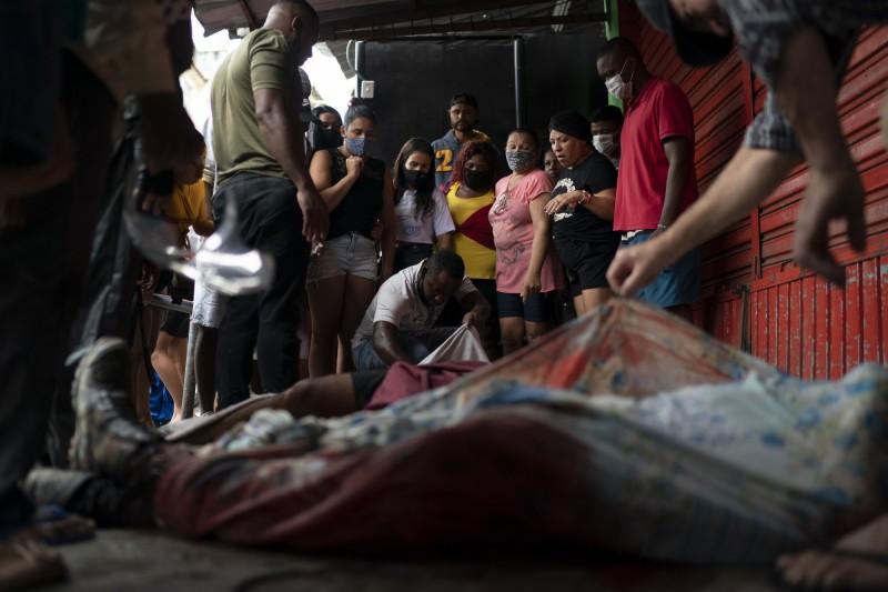 這具遺體被居民移至阿萊茂住宅區入口。(美聯社)