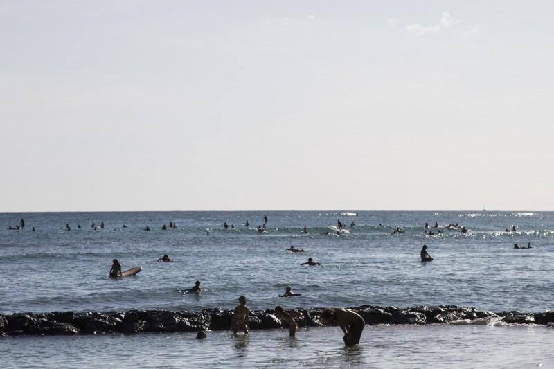 美國紐約1名23歲男子日前在IG分享夏威夷威基基海灘,當地民眾發現檢舉,該男隨後被警方帶走。圖僅示意,與本文無關。(彭博)