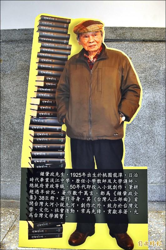 「台灣文學之母」鍾肇政靈位設在龍潭武德殿,供各界緬懷這位文壇巨擘。(記者李容萍攝)