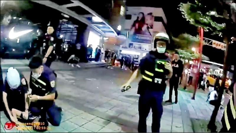 北市信義區夜店上週末接連發生打架事件,警方趕赴現場壓制滋事酒客。(記者姚岳宏翻攝)