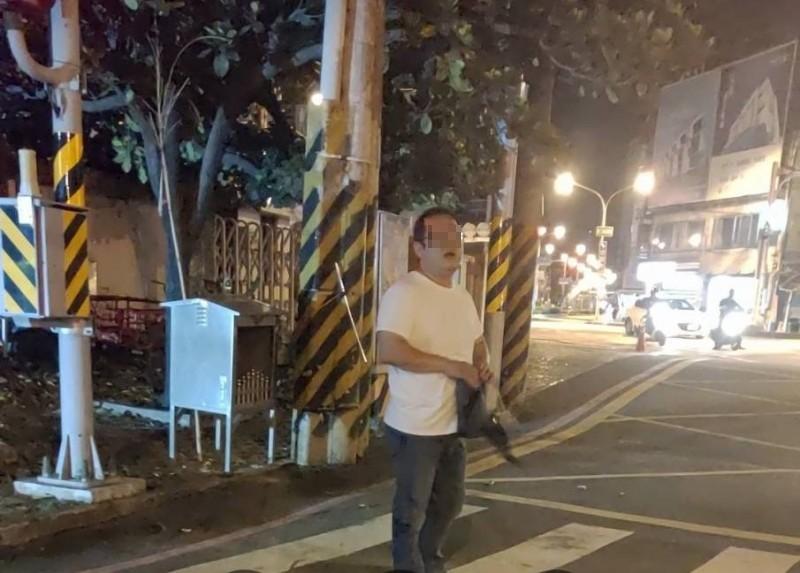 穿白上衣的肇逃駕駛被路人目擊錄下身影。(圖:陳姓民眾提供)