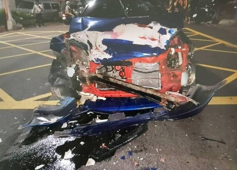 江男酒駕發生車禍,轎車車頭被撞爛。(記者鄭景議翻攝)
