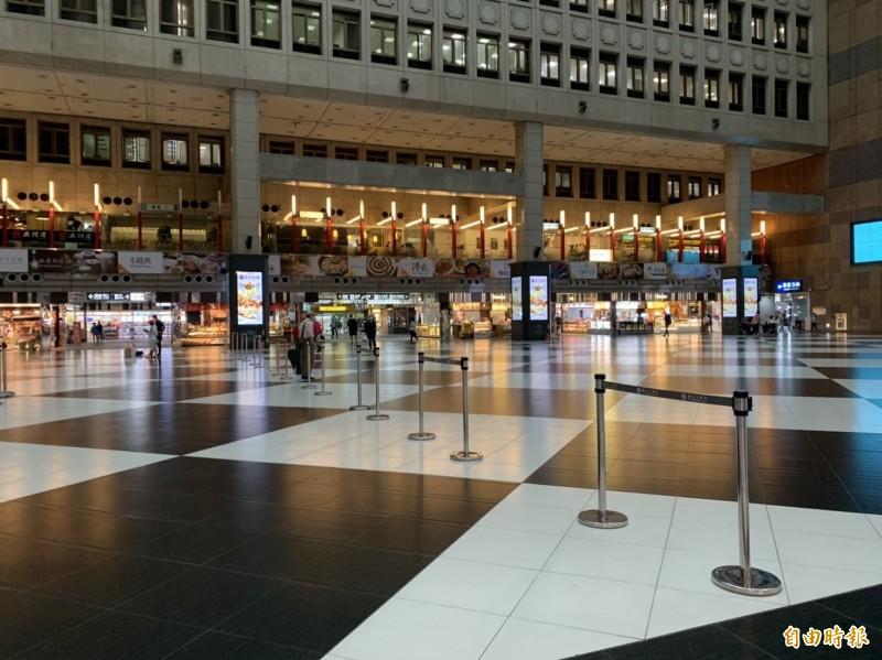 因應武漢肺炎疫情,台北車站大廳自2月29日下午3點起禁止民眾席地而坐。(記者蕭玗欣攝)