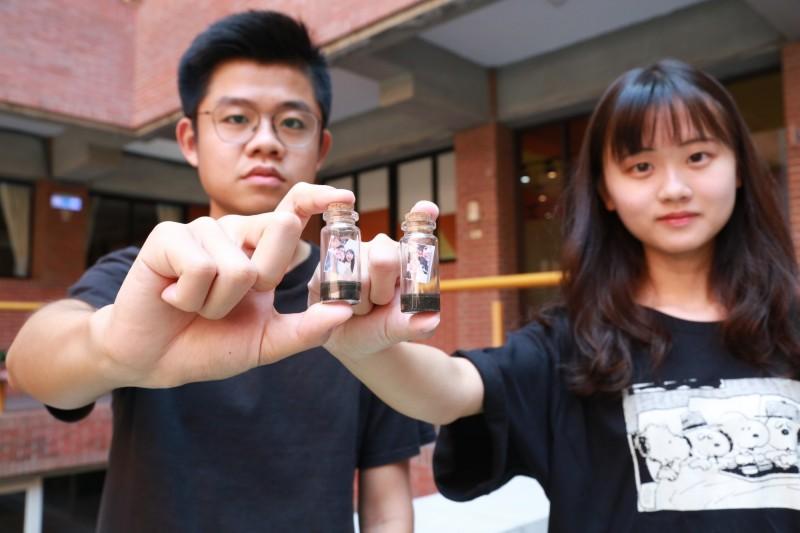 中山大學企管系師生利用西子灣的「沙」製成「瓶中沙」,瓶中還有客製化迷你照片,用來封存回憶。(中山大學提供)