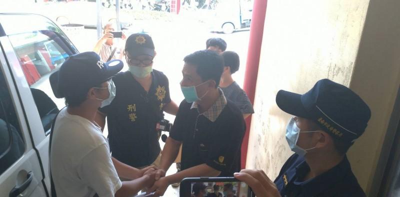 黃婦前夫(右2)向攔錄肇逃者身影的陳姓正義哥(左1)致謝。(記者王俊忠攝)