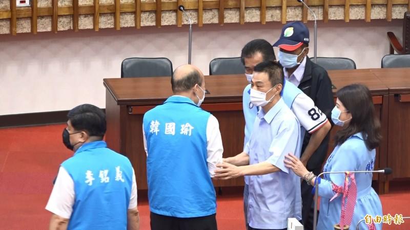 高雄市議會議長許崑源步入議場,向市長韓國瑜加油打氣。(記者李惠洲攝)