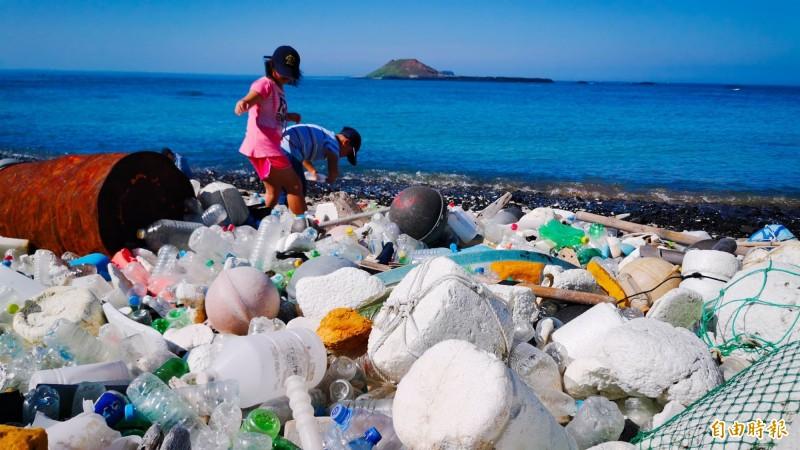鳥嶼母子山被列入三大熱點,海廢垃圾驚人。(記者劉禹慶攝)