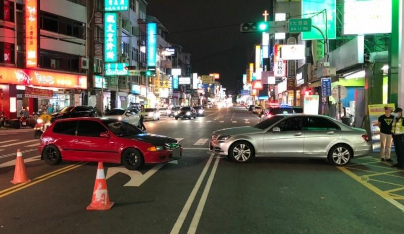 駕駛紅色轎車的李姓男子按喇叭,駕駛銀色賓士的吳姓男子認為是在挑釁,2人在大里中興路上演當街砸車、衝撞,全都被帶回警局送辦。(記者陳建志翻攝)