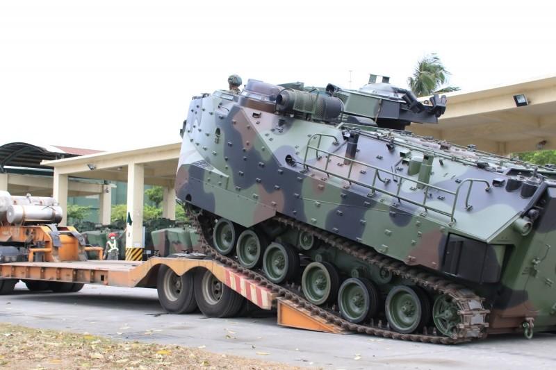 海陸兩棲突擊車,將進駐3縣市待命救災。(記者洪定宏翻攝)