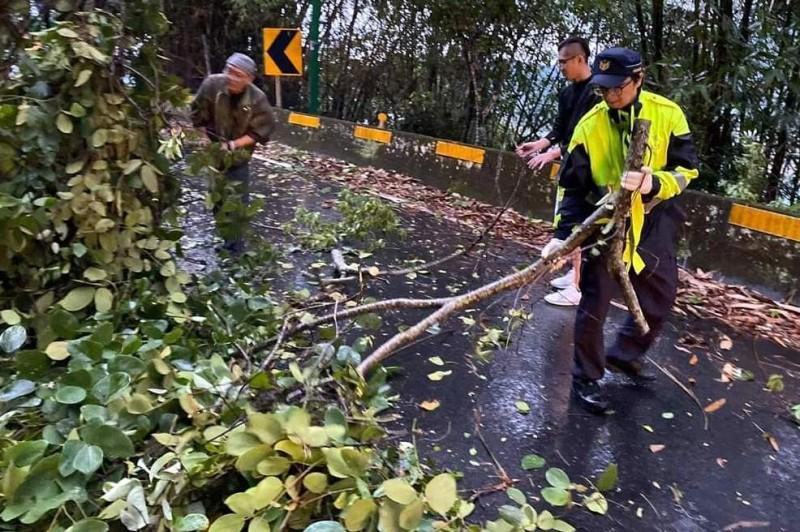 日月潭環湖公路因雨造成路樹倒塌,員警等相關人員進行清理工作。(記者謝介裕翻攝)
