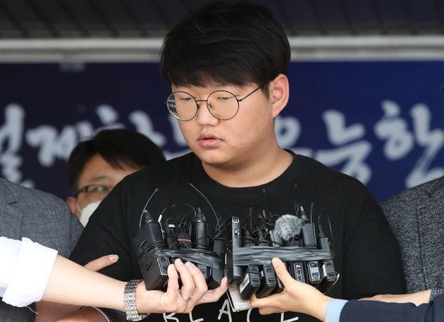 現年24歲的「N號房」創辦人「上帝」文亨旭今(18日)被韓國警方公開示眾。(圖擷自HuffPost)