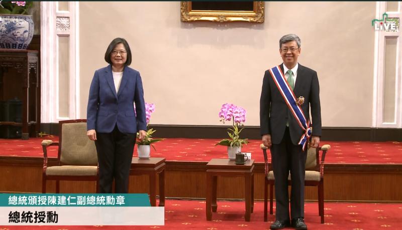 蔡英文總統今下午在總統府頒授即將卸任副總統的陳建仁勳章。(擷取自總統府直播)
