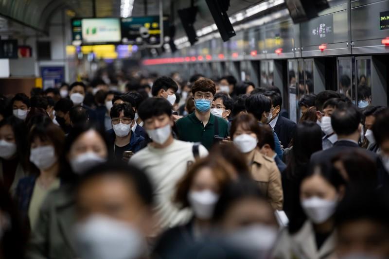 南韓防疫部門認為,「復陽」患者不具備傳染性,明日起解除隔離的人員可直接回歸日常生活。圖為首爾通勤人潮。(彭博)