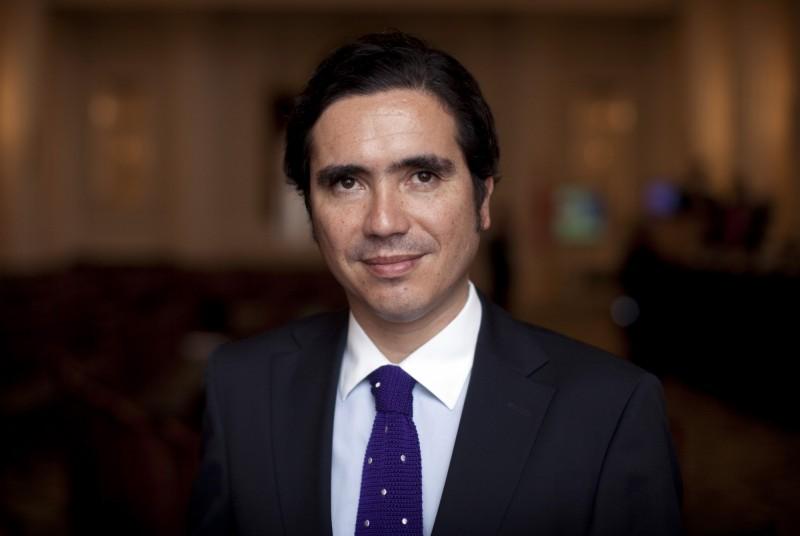 智利財政部長布里歐內斯(Ignacio Briones,圖)和總統府秘書長沃德(Felipe Ward)、23名國會議員,由於曾和確診武漢肺炎(新型冠狀病毒病,COVID-19)的議員密切接觸,全部都需要居家隔離。(彭博)