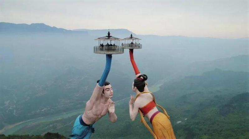 中國重慶市武隆區新建的「飛天之吻」因外型太醜,意外爆紅。(圖翻攝自微博)