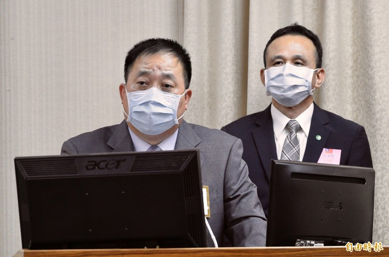 國防部副參謀總長執行官徐衍璞(左)今日在立法院表示,國軍持續掌握台海、南海情資,對東沙島、太平島防務將持續加強,不會鬆懈。(記者叢昌瑾攝)