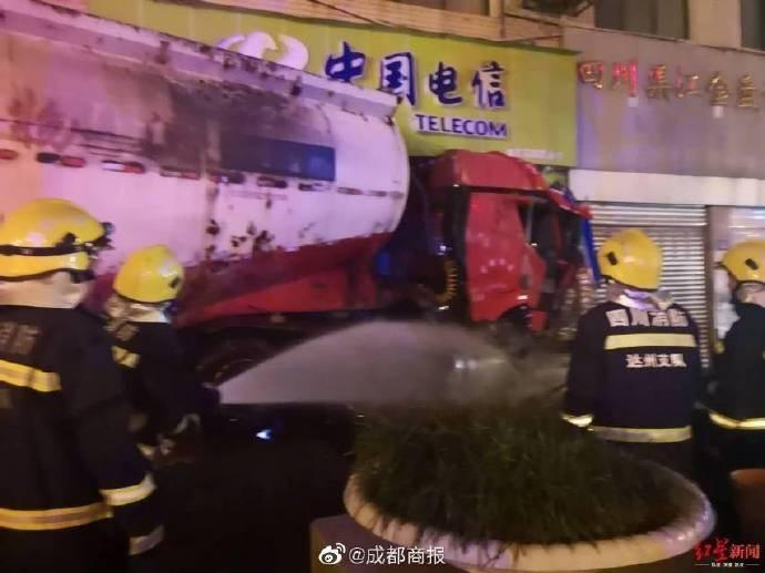 中國四川達川市鬧區昨晚尖鋒時刻發生罐車撞商店事故,造成1死多傷慘劇。(圖擷取微博)