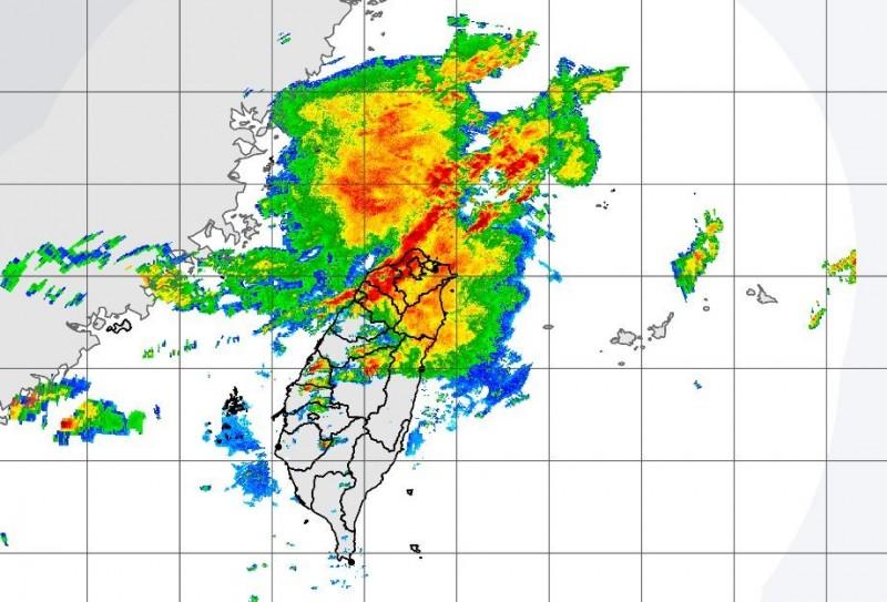預估該鋒面影響台灣時間至少長達一週以上,且會有二波明顯降雨狀況,尤其是第二波雨勢更大,務必多加留意。(圖擷自中央氣象局)