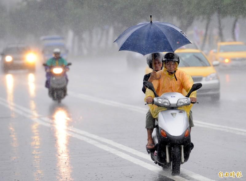 氣象局指出,由於鋒面接近,全台11縣市應防範瞬間強降雨。(資料照)