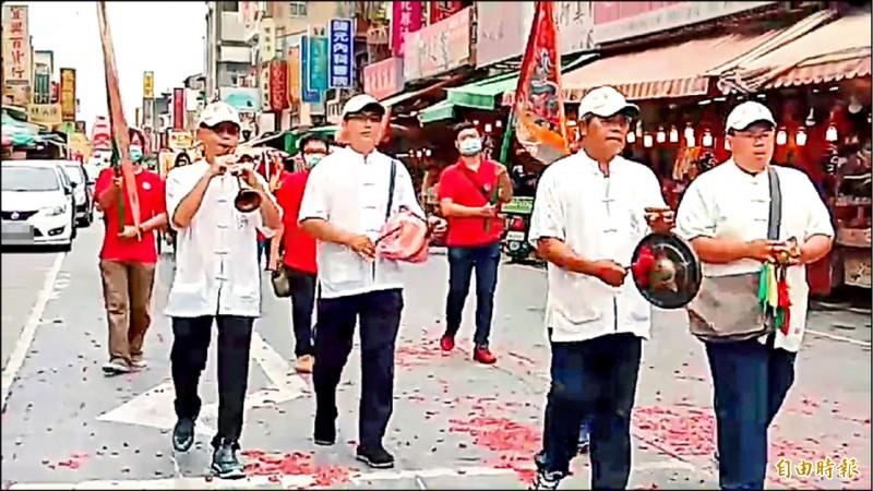 台北藝術大學學生昨在百年藝陣「馬陣吹」引領下進香。(記者林國賢攝)