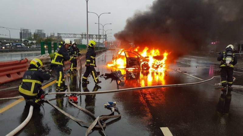 消防人員馳抵時,納智捷自小客車已經被火舌吞噬。(記者張瑞楨翻攝)