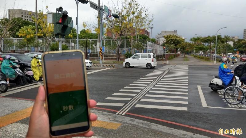 台南市啟用新一代智慧有聲號誌,幫助視障者安心過馬路。(記者劉婉君攝)