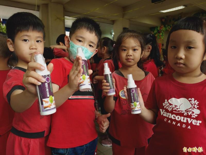 100毫升裝的防疫酒精方便攜帶,必要時可派上用場,維持手部清潔。(記者佟振國攝)