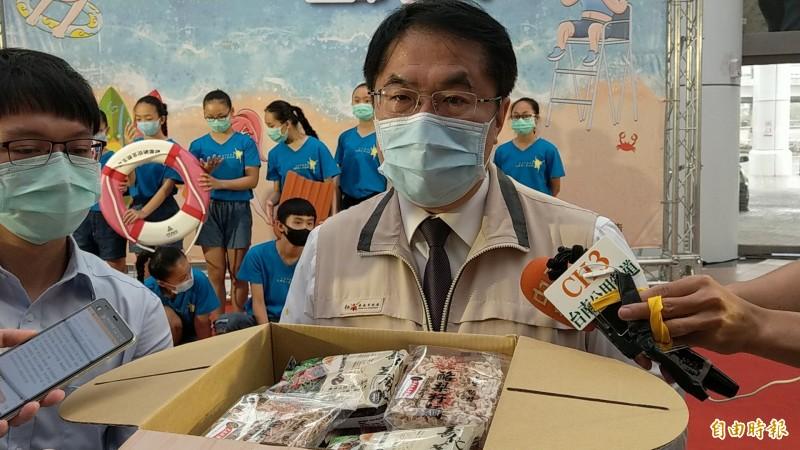 台南市長黃偉哲介紹被總統蔡英文選為送給疾管署人員的台南好麵箱。(記者劉婉君攝)