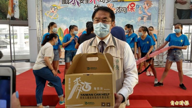 台南市長黃偉哲介紹台南好麵箱。(記者劉婉君攝)