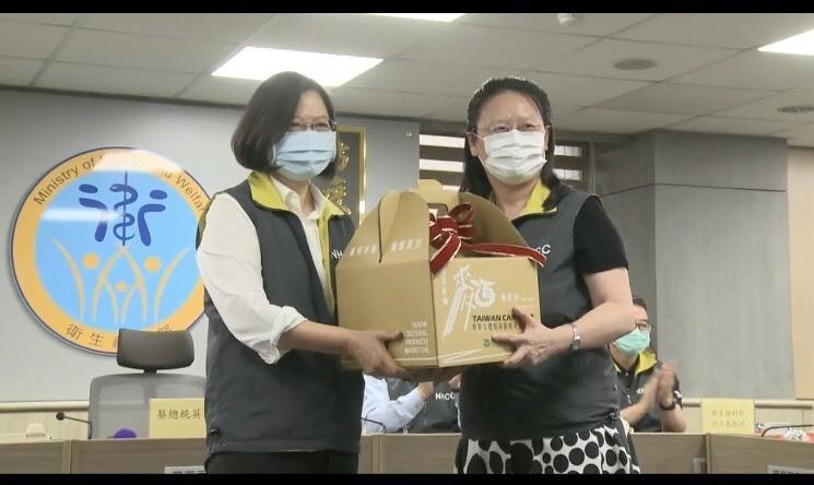 總統蔡英文將台南好麵「麵麵俱到」送給疾管署防疫人員。(記者劉婉君翻攝)