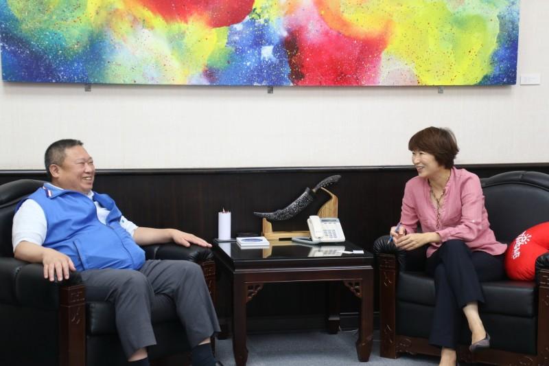 凱撒飯店董事長林鴻道(左)今天拜會台東縣長饒慶鈴,親邀出席趣淘漫旅台東店開幕。(記者黃明堂翻攝)