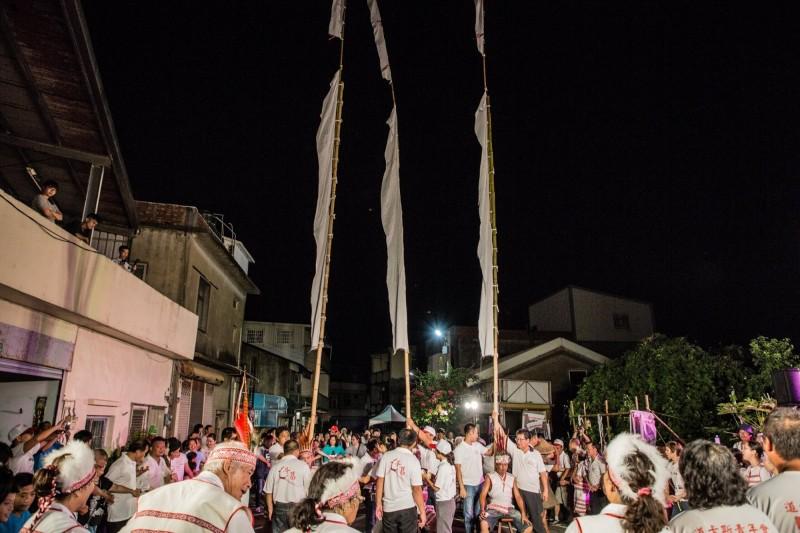 牽田祭為道卡斯族慶豐收的年度重要祭儀,逢農曆八月十五日前後舉辦,族人於晚間在寬廣空地唱著祭歌牽手踏步至深夜,凝聚情感並延續傳統。(記者鄭名翔翻攝)