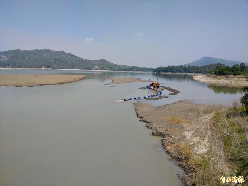 南水局加強清淤阿公店水庫,以增加蓄水量。(記者陳文嬋攝)