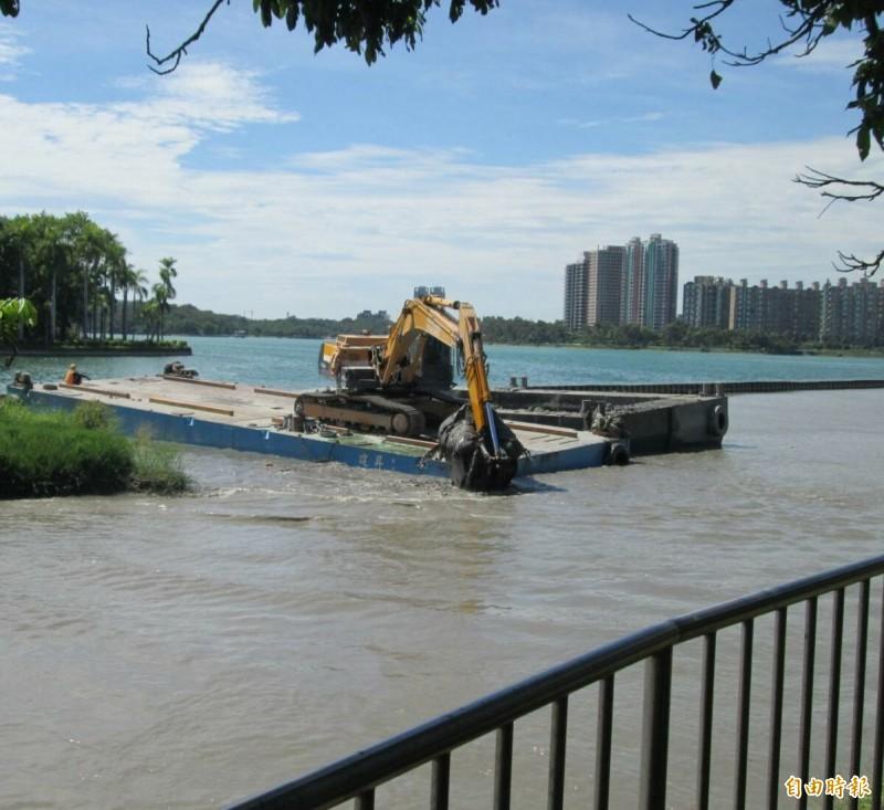 水公司加強清淤澄清湖,作為備援用水。(記者陳文嬋攝)
